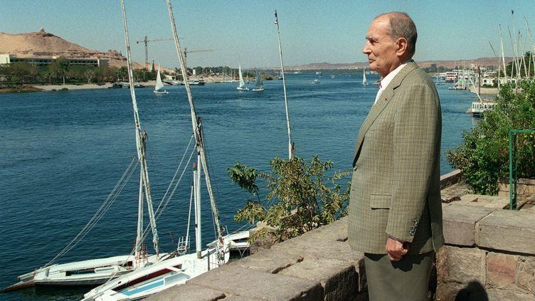 """Le président de la République François Mitterrand se tient au bord du Nil,à Assouan, sur la terrasse de sa suite à l'hôtel """"Old Cataract"""", le 28 février 1995. (MANOOCHER DEGHATI / AFP)"""