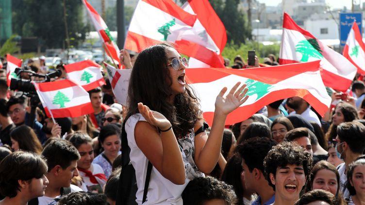 Des étudiants libanais manifestent devant le ministère de l'Éducation à Beyrouth, le 7 novembre 2019. (ANWAR AMRO / AFP)