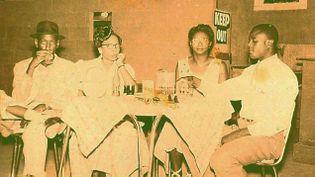 (Robert Johnson est le premier homme à gauche sur le cliché © Robert Johnson Blues Foundation)