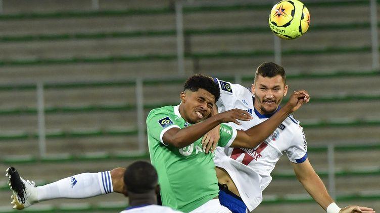 Le Stéphanois Wesley Fofana au duel avec les Strasbourgeois Ludovic Ajorque (PHILIPPE DESMAZES / AFP)