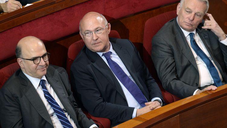 Michel Sapin, ministre du Travail (au centre), entouré dePierre Moscovici, ministre de l'Economie (à gauche), et Jean-Marc Ayrault, le Premier ministre, le 20 juin 2013 à Paris, lors de la deuxième conférence sociale. (BERTRAND GUAY / AFP)