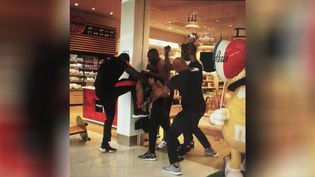 La bagarre entre le rappeur Kaaris et Booba à l'aéroport d'Orly, le 1er août 2018. (TWITTER)