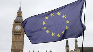 Drapeau européen devant le Parlement à Londres le 29 mars 2017. (TIM IRELAND / XINHUA)