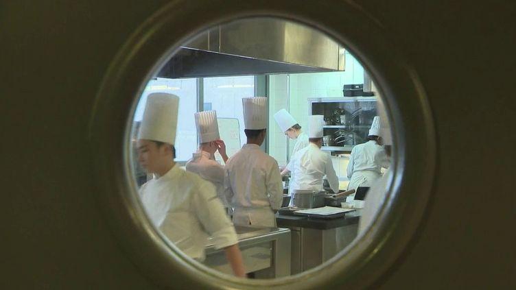 Les écoles de cuisine se développent, car les secteurs de l'hôtellerie et de la restauration manquent de main-d'œuvre. La journaliste Justine Weyl est sur le plateau du 13 Heures pour faire le point sur la situation. (FRANCE 2)
