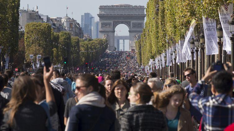 L'avenue des Champs-Elysées, le 27 septembre 2015,à Paris. (PHILIPPE WOJAZER / REUTERS)