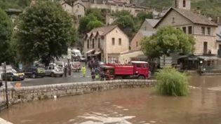 Les Cévennes ont connu de fortes précipitations, depuis jeudi 11 juin, qui ont donné lieu à des inondations. Un phénomène météorologique exceptionnel à cette période de l'année. Les explications de la journaliste météo Virginie Hilssone. (France 3)