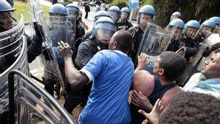 Des policiers italiens dispersent environ 200 migrants rassemblés près de la frontière avec la France, à Vintimille (Italie), le 13 juin 2015. (JEAN-CHRISTOPHE MAGNENET / AFP)