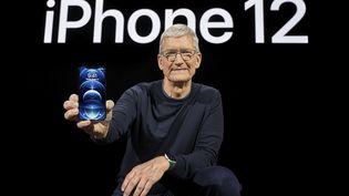 Le PDG d'Appel Tim Cook dévoile le nouvel Iphone 12, le 13 octobre 2020 en Californie. (BROOKS KRAFT / APPLE INC.)