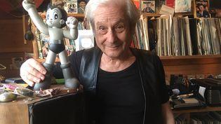 L'auteur et parolier Boris Bergman, chez lui, à Paris, avec Astro Boy, célèbre personnage de bande dessinée et de dessin animé japonais, en avril 2021. (JACKY BORNET)