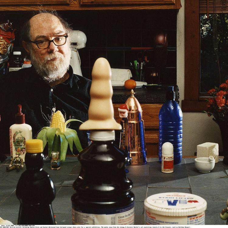 """L'artiste Paul McCarthy et son échiquier conçu pour l'exposition """"That's Chess Amazing !"""", le 19 février 2009, àReykjavik (Islande). (CB2 / ZOB / WENN.COM / SIPA)"""