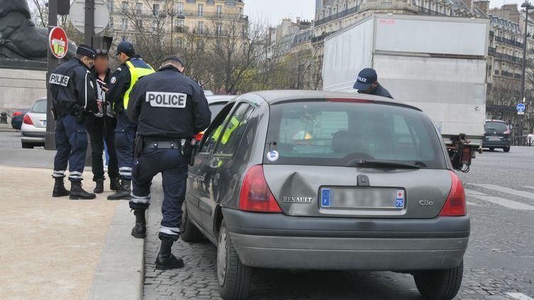Un automobiliste contrôlé dans le cadre de la mesure de circulation alternée à Paris, le 17 mars 2014. (YANN KORBI / CITIZENSIDE.COM / AFP)