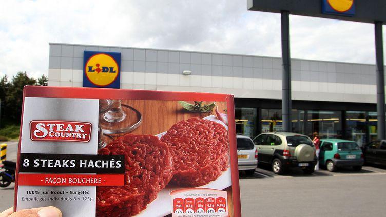 """Des steaks hachés """"Country"""" devant un supermarché Lidl, à Saint-Dizier, en 2011. (FRANCOIS NASCIMBENI / AFP)"""
