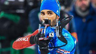 Le biathlète français Martin Fourcade sur le pas de tir à Pyeongchang (Corée du Sud), le 20 février 2018. (FRANCOIS-XAVIER MARIT / AFP)