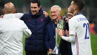Didier Deschamps pose avec le trophée de la Ligue des nations, remportée par la France face à l'Espagne, le 10 octobre 2021 dans le stade San Siro de Milan (FRANCK FIFE / AFP)