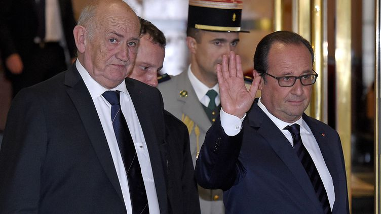 François Hollande et le président de la FFR Pierre Camou, en sortant de l'hôtel londonien des Bleus. (FRANCK FIFE / AFP)