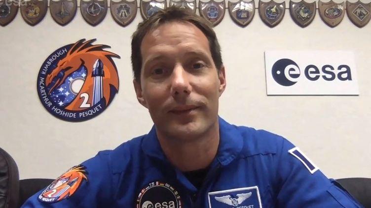 L'astronaute français Thomas Pesquet, lors d'une conférence de presse, le 19 avril 2021, avant son deuxième départ pour la Station spatiale internationale. (EUROPEAN SPACE AGENCY / AFP)