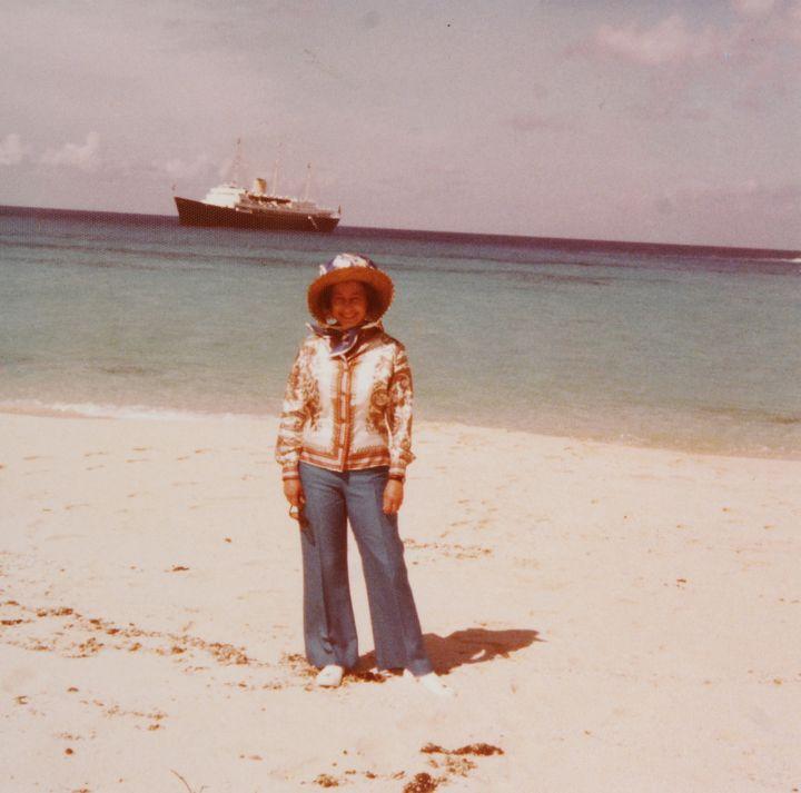 (En vacances dans les années 70, avec un navire royal. La date exacte et le lieu de la photo sont inconnues © REUTERS/Reeman Dansie/Handout)