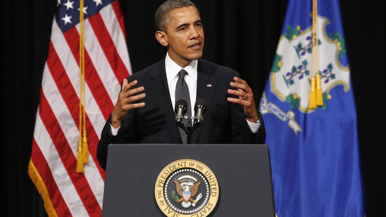 Barack Obama lors de son discours après la fusillade meurtrière dans l'école primaire de Newtown (Connecticut, Etats-Unis), à Newton, le 16 décembre 2012. (KEVIN LAMARQUE / REUTERS)