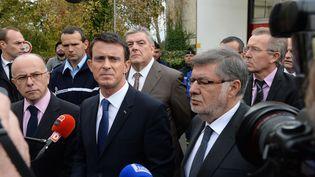Le ministre de l'Intérieur Bernard Cazeneuve (à gauche), le Premier ministre Manuel Valls (au centre) et le secrétaire d'Etat en charge des Transports Alain Vidalies (à droite), à Puisseguin (Gironde), le 23 octobre 2015. (MEHDI FEDOUACH / AFP)