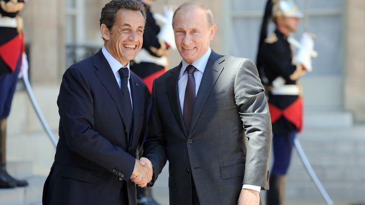 Nicolas Sarkozy et Vladimir Poutine (à dr.), le 11 juin 2010 au palais de l'Elysée (Paris). (ERIC FEFERBERG / AFP)