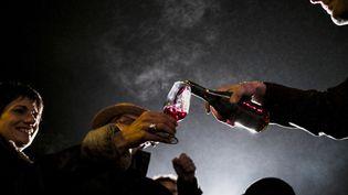 Le beaujolais nouveau, disponible depuis jeudi 20 novembre 2014, est goûté à Beaujeu (Rhône). (JEFF PACHOUD / AFP)