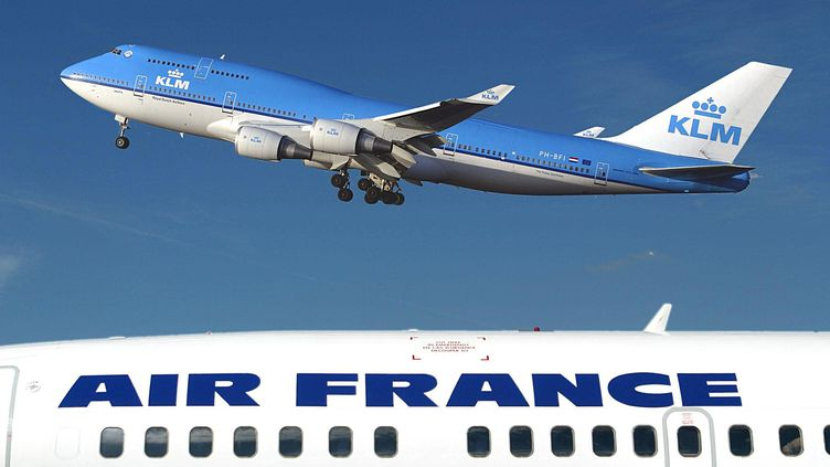 Deux avions, l'un aux couleurs de la KLM et l'autre, en premier plan, aux couleurs d'Air france. (AFP)