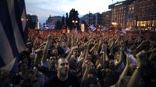 """Manifestants pour une """"autre démocratie"""", devant le Parlement grec, Athènes, le 28 mai 2011 (AFP/Angelos TZORTZINIS)"""