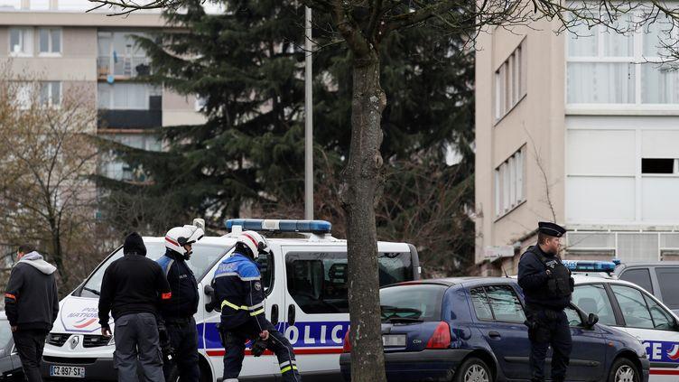 Des policiers persquisitionnent le domicile de Ziyed Ben Belgacem à Garges-lès-Gonesse (Val d'Oise), le 18 mars 2017. (THOMAS SAMSON / AFP)