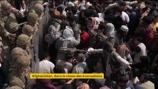 Entre les soldats américains et les talibans armés de bâton, les civils afghans (FRANCEINFO)