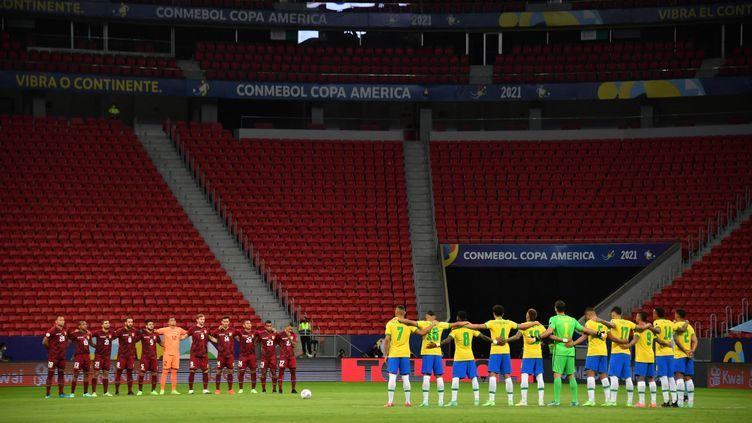 Les sélections du Venezuela et du Brésil, avant le coup d'envoi du match d'ouverture de la Copa América, le 13 juin 2021 à Brasilia. (NELSON ALMEIDA / AFP)