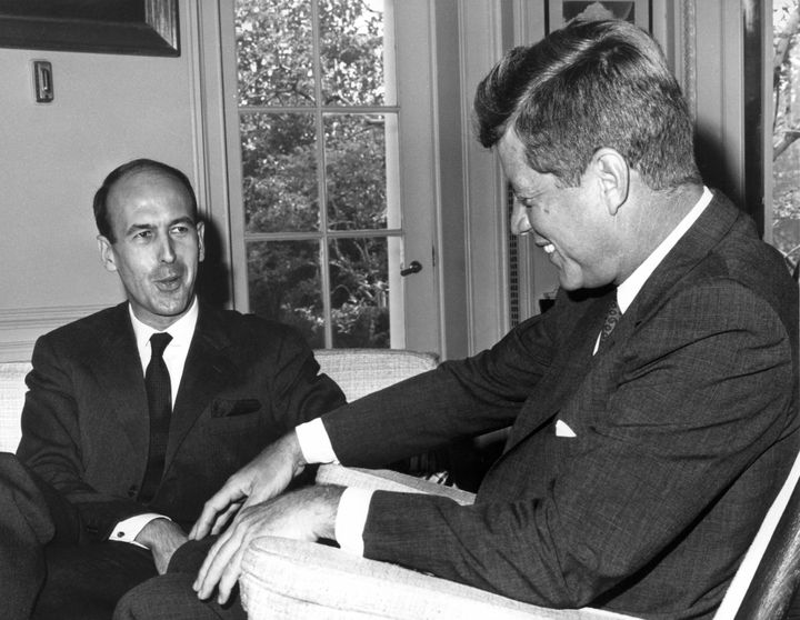 Le président américain John Fitzgerald Kennedy avec le ministre des Finances Valéry Giscard d'Estaing, le 20 juillet 1962à Washington. (AFP)