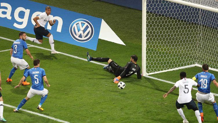 Samuel Umtiti s'apprête à reprendre un ballon renvoyé par Sirigu pour ouvrir le score pour l'équipe de France (VALERY HACHE / AFP)