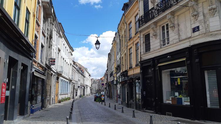 La rue Basse, à Lille, l'une des principales artères commerçantes où les magasins sont ferméspour cause de confinement (illustration). (STÉPHANE BARBEREAU / RADIOFRANCE)