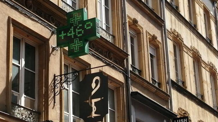 Le thermomètre d'une pharmacie affiche 46 degrés dans le centre-ville de Metz (Moselle), le 25 juillet 2019. (NOLWENN QUIOC / FRANCE-BLEU LORRAINE NORD)