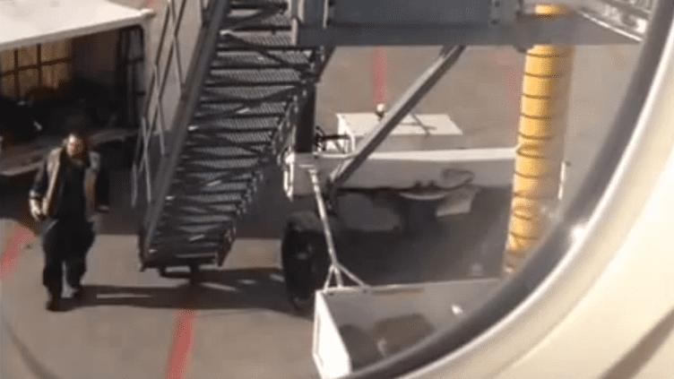 Capture d'écran de la vidéo montrant des bagagistes d'Air Canada en train de maltraiter des bagages, le 17 avril 2014. (THEDSTEWART99 / YOUTUBE)