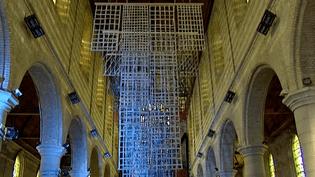 La nef de l'église de Bourbourg baignée par la luminosité dela Robe-Cathédrale créée par Carole Simard-Laflamme  (France 3 / Culturebox)