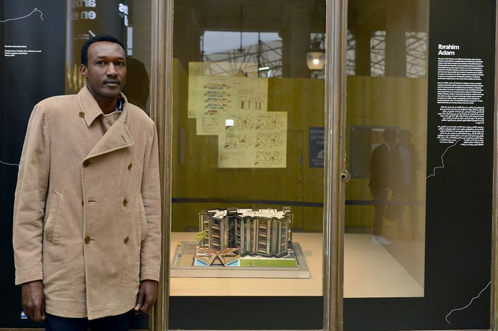L'architecte soudanais Ibrahim Adam avec sa maquette exposée au Palais Royal.  (Thibaut Chapotot)