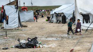 Des enfants dans le camp d'Al-Hol, dans le désert syrien, le 28mars2019.A l'origine prévu pour 5000 personnes , il regroupe aujourd'hui les réfugiés comme les familles de combattants de Daech, soit 75000personnes en tout. (GIUSEPPE CACACE / AFP)