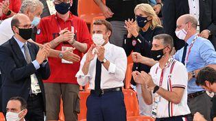 Le président de la République Emmanuel Macron assiste à un match de basket 3X3 aux Jeux olympiques de Tokyo, le 24 juillet 2021. (MUSTAFA YALCIN / ANADOLU AGENCY / AFP)