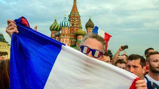 Des supporters de l'équipe de France de foot sur la place rouge à Moscou (Russie), le 14 juillet 2018. (MLADEN ANTONOV / AFP)
