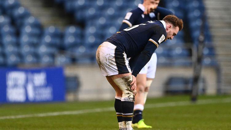 Stuart Hogg, l'arrière star de l'Ecosse, prostré après la défaite contre l'Irlande le 14 mars 2021. (STU FORSTER / POOL)