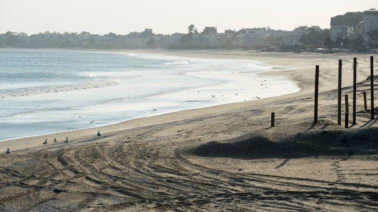 La plage déserte de La Baule (Loire-Atlantique) pendant le confinement, le 13 avril 2020. (SEBASTIEN SALOM-GOMIS / AFP)