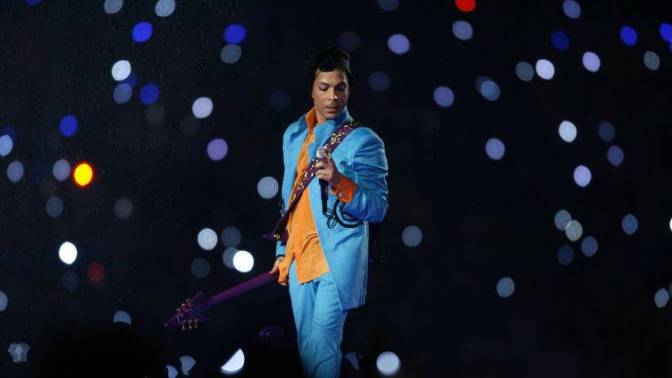 Prince lors de son concert à la mi-temps du Super Bowl, à Miami (Etats-Unis), le 4 février 2007. (MAXPPP)
