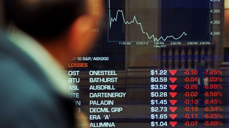 Lundi 7 mai, les principales Bourses accusent le choc de la défaite des partis pro-austérité en Grèce et sont inquiètes de la future politique de François Hollande en France. (GREG WOOD / AFP)