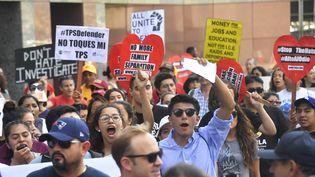 """Des """"Dreamers"""" manifestent dans la rue pour défendre l'existence du programme Daca, le 1er septembre 2017, à Los Angeles en Californie. (FREDERIC J. BROWN / AFP)"""