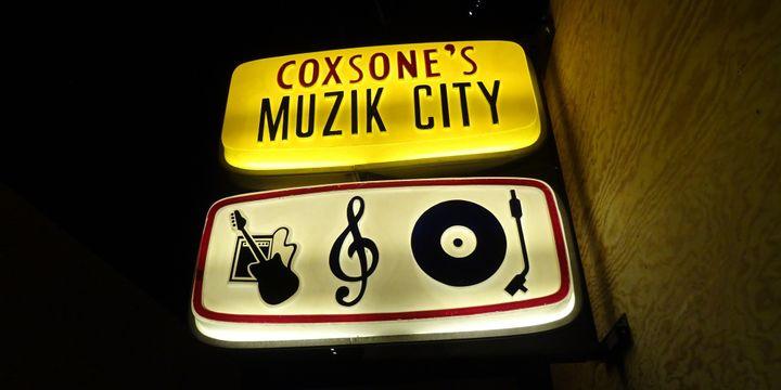 L'enseigne lumineuse de l'ancien magasin de disques du producteur Coxsone Dodd, récupérée par Sébastien Carayol.  (Laure Narlian / Culturebox)