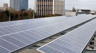 Les panneaux photovoltaïques chinois transitaient par Taïwan où ils étaient ré-étiquettés pour dissimuler leur provenance. (FRANK PERRY / AFP)