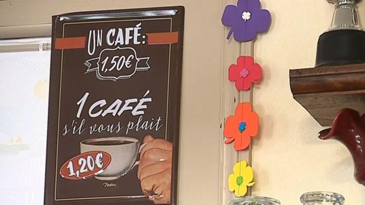 Un écriteau, dans la Somme, signifiant aux clients du café que la politesse peut se révéler payante. (FRANCE 3)