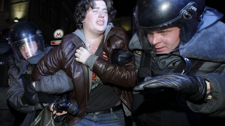 Des policiers arrêtent un manifestant, à Moscou (Russie), le 6 décembre 2011. (REUTERS)
