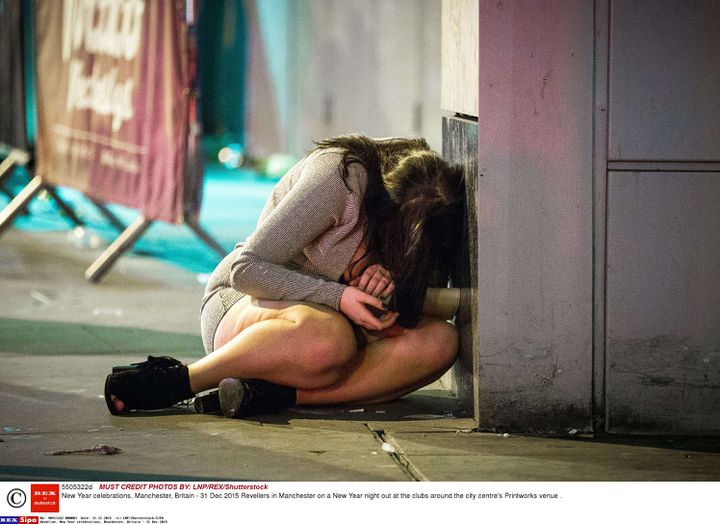 Une jeune femme dans les rues de Manchester (Royaume-Uni), durant la nuit du 31 décembre 2015. (LNP / SHUTTERSTOCK / SIPA)